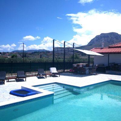 Unser Liegebereich direkt am Pool lädt zum entspannten Sonnen ein....